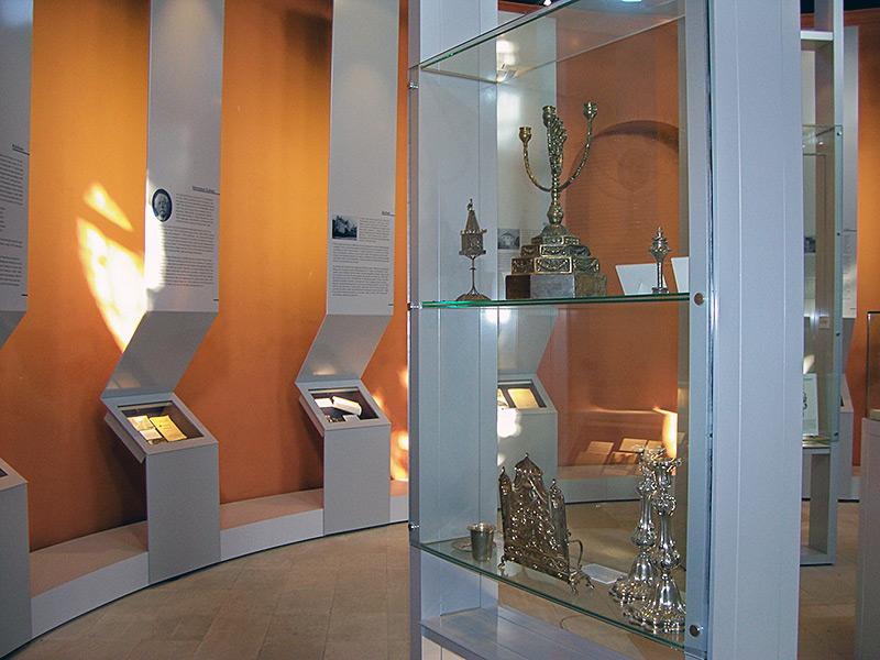 Innenraum mit Ausstellungsobjekten