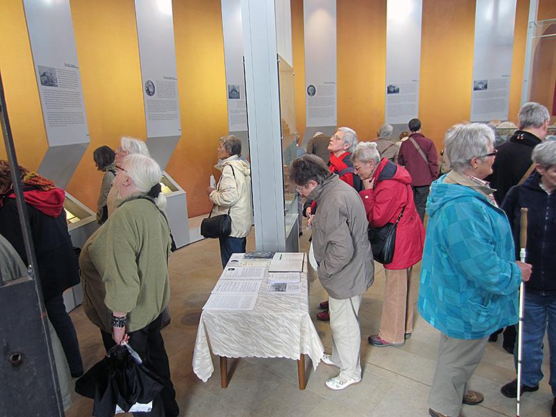 Besucher in der Ausstellung, Mai 2013